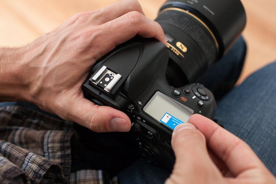 наклеиваем защитное стекло на фотоаппарат